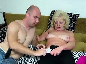 Old blonde complain gets her cunt dildoed