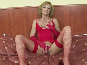 Slutty mature Lilla spreads her legs to shrink from fucked by a moonless dude