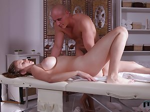 Muscular masseur fucks this married woman big era